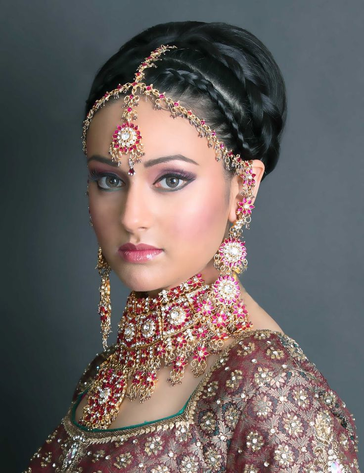 "Exquisite Indian bridal noises with earrings, necklace, forehead decoration ""Maanga Tikka in gold diamond and pink"