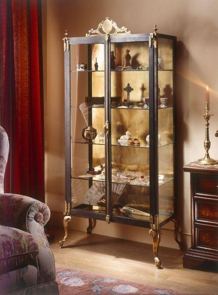 Vitrina expositora 73 x 165 cm. fabricada en acero y combinada con elementos en bronce y latón. Cristales en puertas, laterales y baldas.