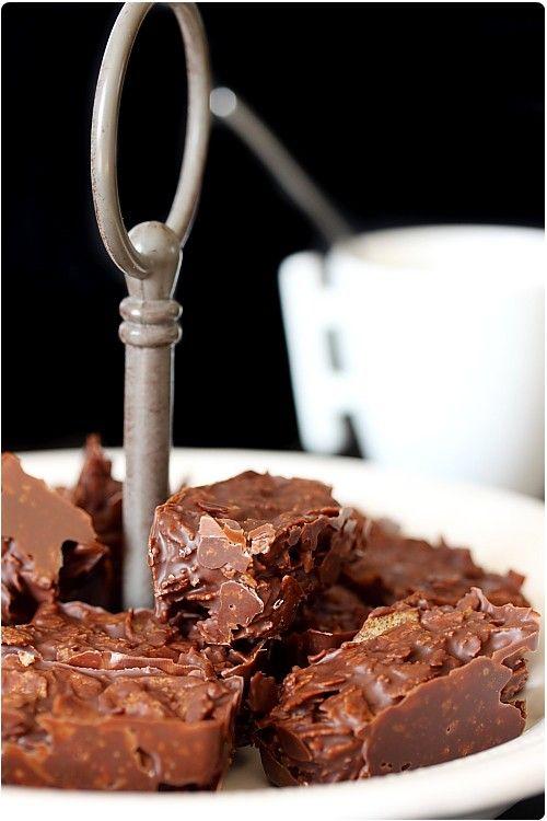 Praliné feuilleté 50g de chocolat noir 200g de pralinoise 75g de crêpe gavotte Faites fondre au bain-marie les 2 chocolats. 2- Hors du feu, émiettez sur le chocolat les crêpes et mélangez délicatement. 3- Versez dans des mini-moules à cake en silicone ou un grand moule tapissé de film plastique. Réservez au réfrigérateur puis coupez en morceaux.