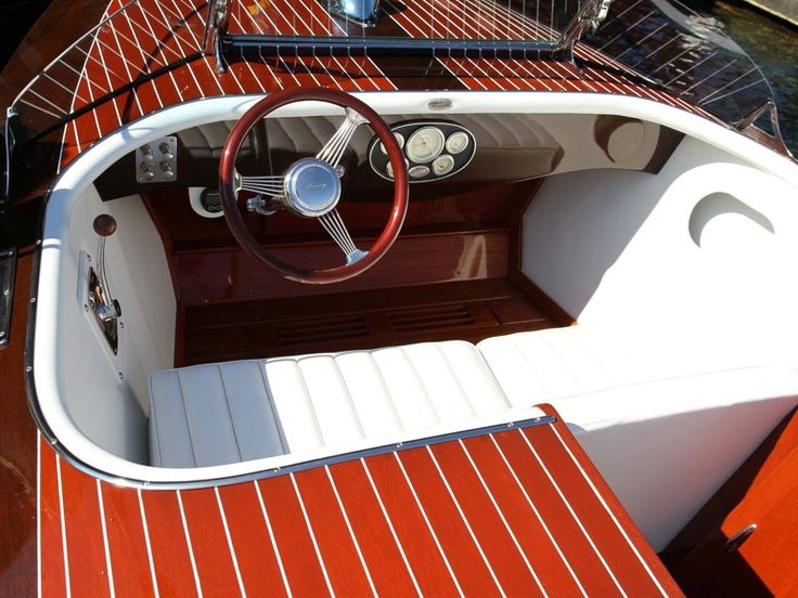 HackerCraftSportabout'sunique boat design combines the classic look of the runabout with the sleek styling of our sport model.