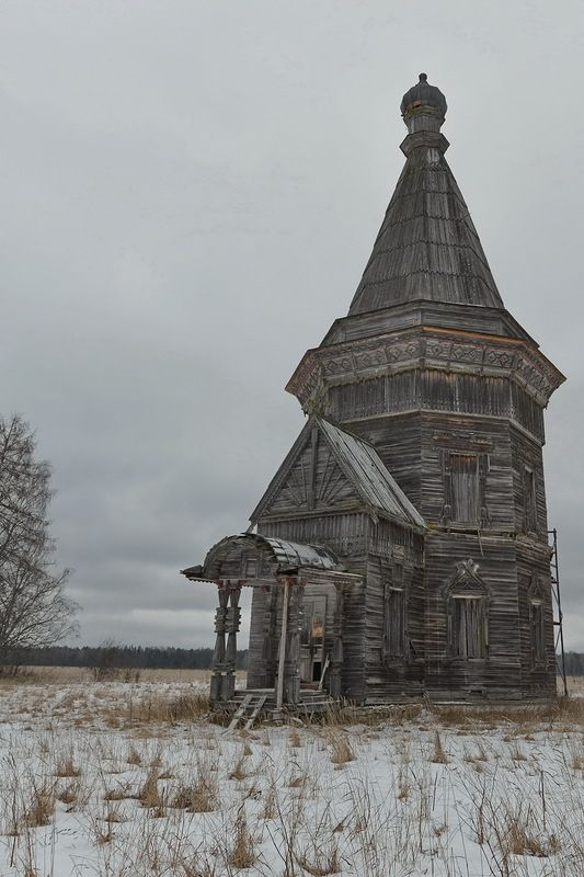 This old church standing on the plain of Kargapol, Russia, is open to wind and weather, and the wasteland spreads around for many kilometres. The church is dated 1655, being one of the oldest architectural monuments of the Arkhangelsk region. Right now we are going to have a closer look at it and visit the neighbouring village, Saunino, where one more equally old church complex is situated.