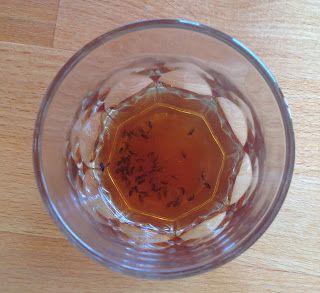 Fruitvliegen vangen. Doe een bodempje azijn met een drup afwasmiddel in een glas.