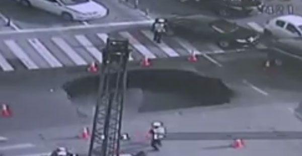Kiinan Hangzhoussa kuvatulla videolla nähdään yllättävä ja vaarallinen tilanne, kun autotielle syntyy valtava vajoama keskellä vilkasta päivää. Onneksi paikalla ollut liikennepoliisi oli valppaana koko välikohtauksen ajan. Viranomainen huomasi tielle ilmestyneen halkeaman, ja päätti eristää alueen nopeasti liikennekartioiden avulla. Pian halkeama a
