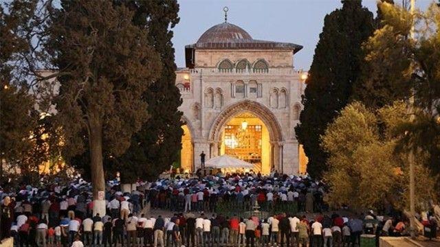 İsrail'in Mescid-i Aksa'ya girişlerde uyguladığı kısıtlamaları  kaldırmasının ardından, işgal altındaki Doğu Kudüs'ün Eski Şehir bölgesinde  bekleyen Filistinliler, akşam ve yatsı namazını Aksa'da kıldı. Namazın ardından gençler ve çocuklar,  tatlı ve şekerleme dağıttı.  Doğu Kudüs'ün birçok bölgesinden de havai  fişeklerin atıldığı görüldü. Kudüs çevresinde Filistinli şoförler, korna çalarak Mescid-i Aksa'nın açılması kutlamalarına eşlik etti.