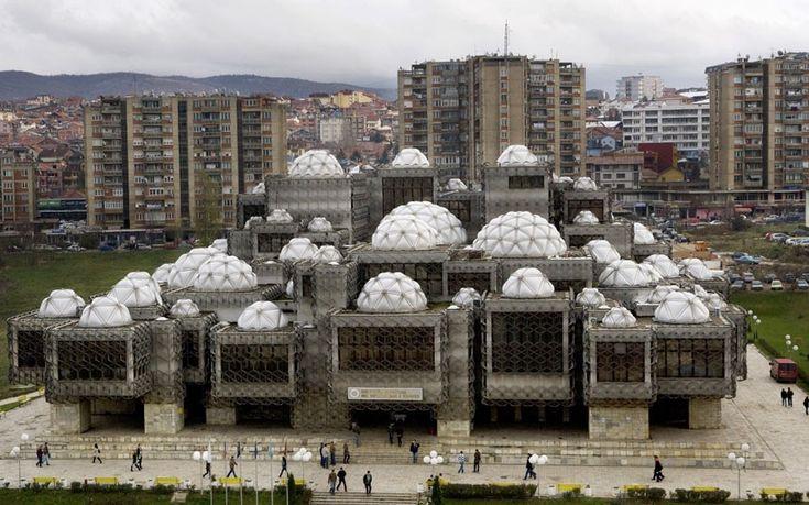 National Library, Pristina, Kosovo. Andrija Mutnjakovic, 1982. Selon le Telegrak peut-être un des bâtiments les plus laids du monde.