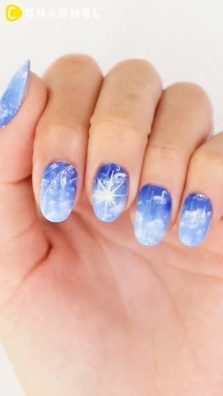 1.ベースに3色のブルーで空をイメージしたグラデーションを塗ります2.白のジェルで雲を描いていきます