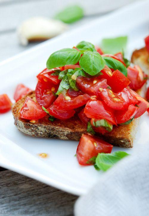 Bruschetta med tomat, basilikum og hvidløg — Sesam, Sesam