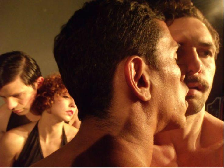 """""""Bent - O Canto Preso"""" é uma adaptação coreográfica do texto teatral """"Bent"""", de Martin Sherman, que aborda a história de um homem perseguido e preso pelos nazistas por ser homossexual."""