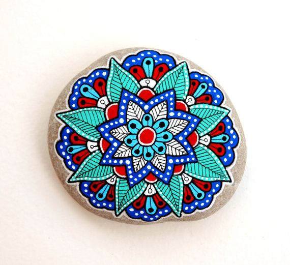 Flor de Mandala de piedra pintada mano por ISassiDellAdriatico                                                                                                                                                                                 Más