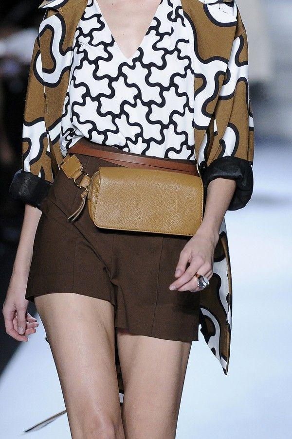 """<p>La borsa cintura.</p><p>Proprio mentre stavo celebrando la fine dell' """"ironica"""" moda del marsupio, ecco che mi trovo di fronte a qualcosa di forse peggiore.<br />E' detta la borsa-cintura.</p><p>Le borse-cinture sono in pratica dei marsupi glorificati, realizzati in pelle e oro che pretendono di essere """"presi sul … </p>"""