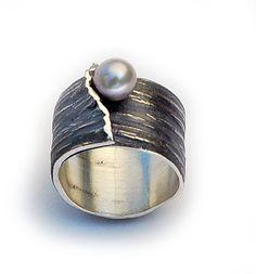Corteza by Elisenda de Haro - Anillo óxido y perla negra…