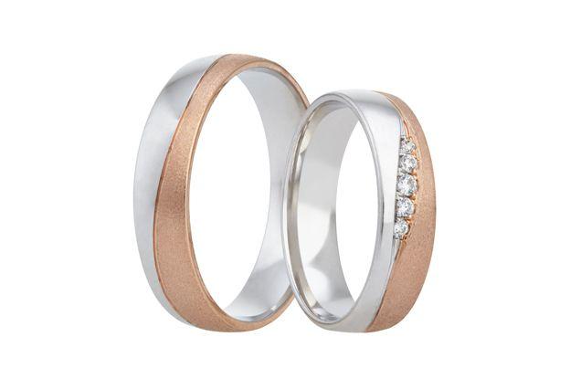 Snubní prstýnky v červeno-bílém zlatě, které jsou napříč rozděleny šikmou linií, vytvářející nápaditý barevný přechod. Do drážky dámského prstenu je vsazeno pět třpytivých kamenů.