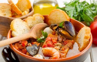 """Cosa c'è di piu' buono, per gli amanti del pesce, di sedersi a tavola e gustarsi un piatto che racchiude in se tutti i sapori del mare? Questa sensazione può essere provata con un grande e storico piatto che rappresenta la cucina Napoletana, la """"Zuppa di Cozze alla napoletana"""". La zuppa di cozze alla napoletana riesce a regalare un vero e proprio tocco di grazia al palato, con il suo gusto deciso e molto saporito."""