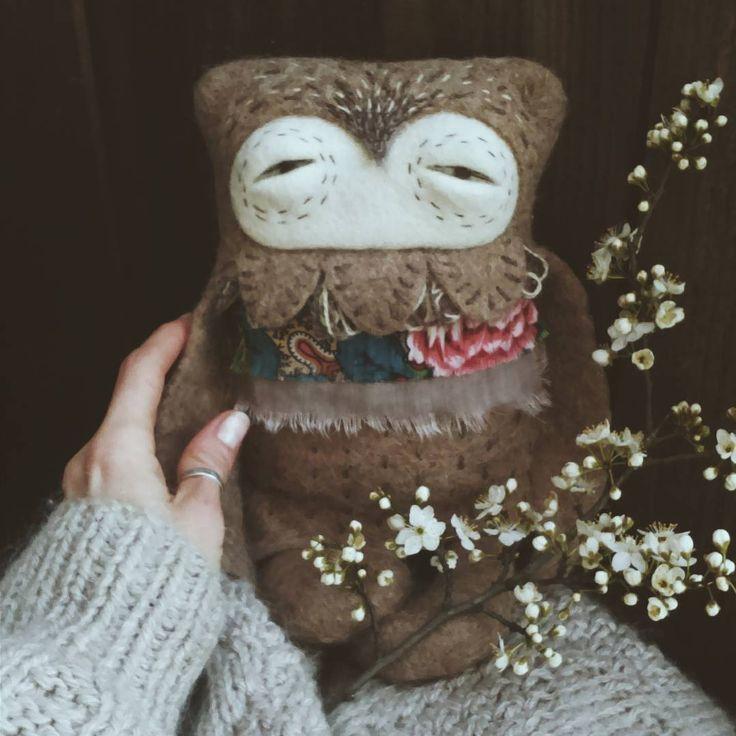 Весенняя сова затребовала цветочный наряд)) Сегодня отправили душеньку в новый дом, пусть привезет весну и тепло в столицу😊🌿 Впервые валяла из шерсти альпаки. Валяется она, конечно, не так шустро, как литовский кардочес или бергшафт, но зато какая мягкая на ощупь, как котёнок 😺  #сова #шерсть #войлок #ручнаяработа #wool #owl #woolart #felt #feltingwool #soulbaubles
