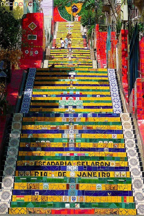 Certifique-se de reservar um tempo na sua agenda para visitar esta obra de arte única em grande escala no centro da cidade: Escadaria Passos da Lapa.