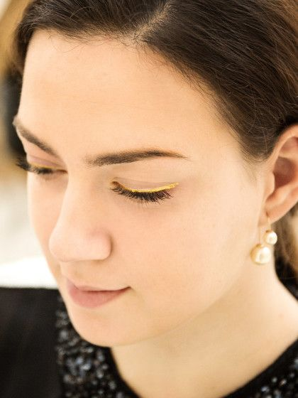 Gold erlebt ja gerade den Megahype. Ob im Interior-Bereich, in der Fashionbranche oder eben in Sachen Beauty. Wir zeigen euch wie man drei Gold-Looks geschmackvoll schminkt, ohne hinterher wie ein wandelnder Christbaum auszusehen. Und so geht's:Dezenter EyelinerWer es nicht so aufrdinglich sondern eher dezent mag, der kann sich einfach eine feine Linie entlang des Wimpernkranzes schminken. Mit Goldkajal wird das Ergebnis etwas weniger intensiv. Für den goldigeren Kick verwendet ihr w...