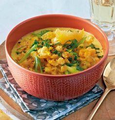 Gelbe Erbsensuppe Rezept: Zwiebel,Öl,Curry,Schälerbsen,Orangen,Lauchzwiebeln,Schnittlauch,Kokosmilch,Gemüsebrühe,Oelek,Salz,Pfeffer
