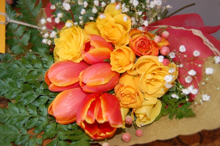 Mini rosas amarillas, Tulipan papagayo e hipericum