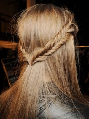 Party updo? I don't think so. But - if you can go to a party with an ordinary ponytail, why not this. I like it anyway.