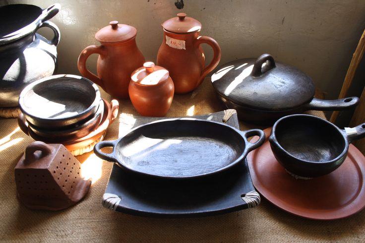 Variedad de ollas, jarrones y comales de barro tradicional y barro negro #COGOcrafts #grabyourCOGO #artesanias #elsalvador #artesanias SV #turismoSV #launion #conchagua