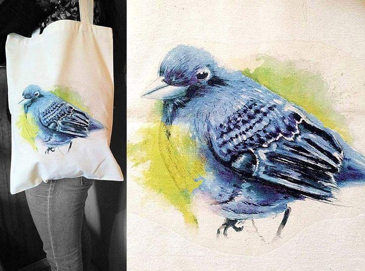 Bolsa ecológica de tela crea estampada con pajaro azul al estilo acuarela, se vende a $ 5.000 pesos en Santiago de Chile