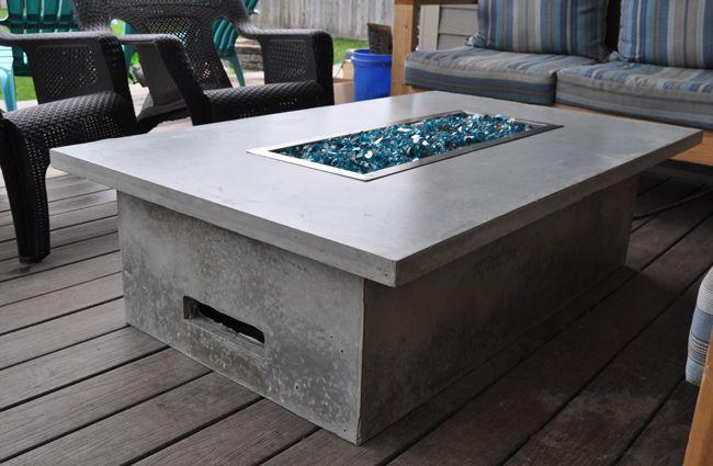 Outdoor Feuertisch aus Beton selber bauen. Diese Anleitung zeigt dir den Bau des Feuertisches mit entsprechendem Beton und passenden Einbaubrennern.