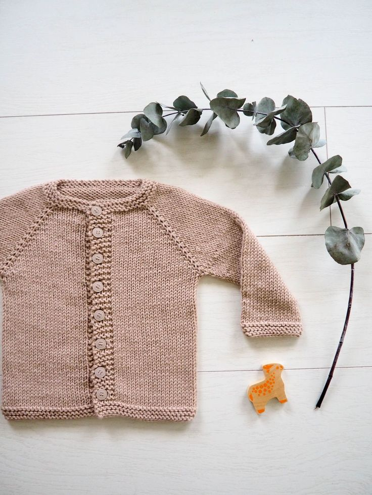 Ce patron de cardigan vient d'intégrer mon top 5! J'ai adoré le tricoter. Il est facile à réaliser, simple et rapide à tricoter, bref tout pour plaire (et gratuit en plus!) et du nouveau né au 6 ans! J'ai trouvé ce patron sur le site Ravelry, à la base il est en anglais. Mais mais, j'ai eu l'accord de son auteure Taiga pour le traduire et le partager avec vous. Vous le trouverez également sur Ravelry sur le compte de Taiga. Merci encore! C'est un cardigan top-down, il se tricote sans couture…