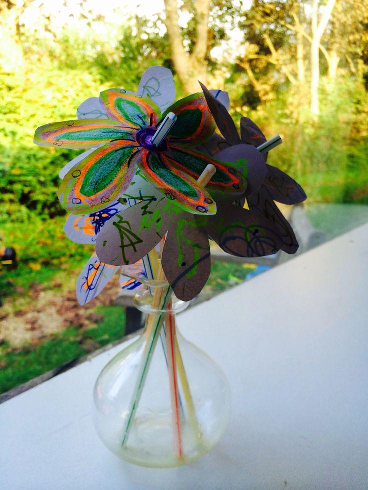 Bosje bloemen van papier en rietjes