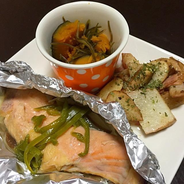 冷凍庫に鮭を発見…だいじょぶかなーと思いつつ食べたけどフツーだったwww 明日は寒いのかー…やだなぁ。 - 8件のもぐもぐ - 鮭ホイル焼き 長芋ベーコン カボチャ煮 by Shiho Hashimoto