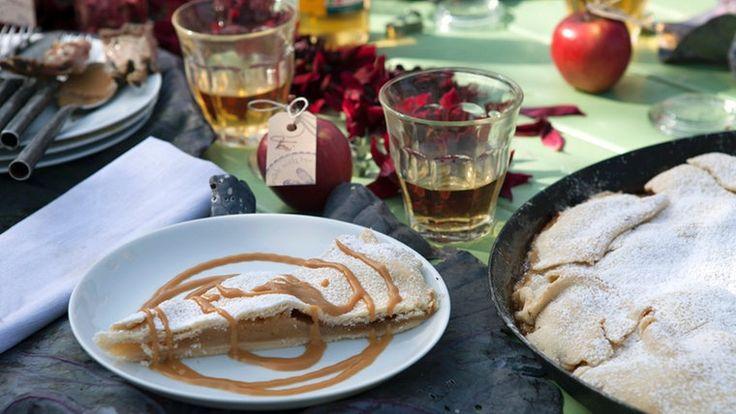 Apple Pie mit Karamell-Soße auf einem Teller