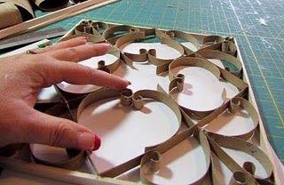 Painel com rolos de papel higiênico.