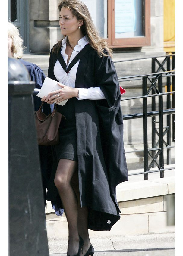 """Look de working girl pour Kate, mais on ne comprend pas bien ce long manteau noir étrangement coupé. Et pourtant, il paraît qu'outre-manche, cette tenue """"graduation"""" de fin d'études rencontre un véritable succès. En même temps, Kate a étudié l'histoire de l'art et est acheteuse pour la marque d'accessoire de mode Jigsaw"""