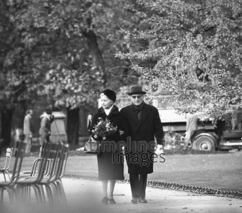 Paar im Jardin du Luxembourg in Paris, 1967 Juergen/Timeline Images #Atmosphäre #atmosphärisch #Design #Designkonzept #Farben #Konzept #kreativ #Kreativität #Moodboard #Mood #Stimmung #stimmungsvoll #Thema #Moodboardideen #Moodboarddesign #Paris #Cafe #Kontraste #Touristen #Jacken #Mäntel #60er