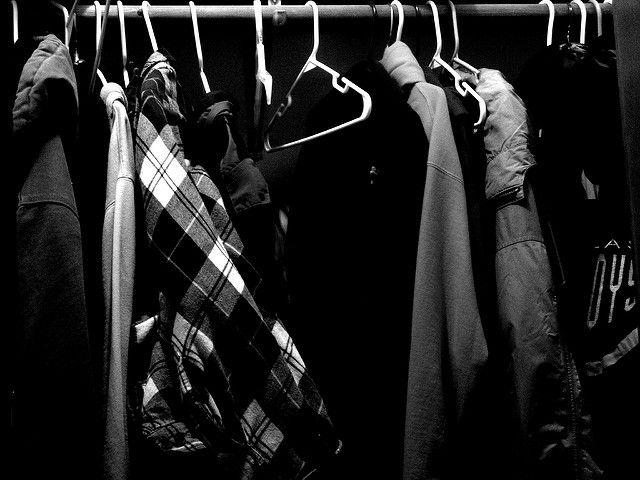 Penderie pleine à craquer en noir et blanc.