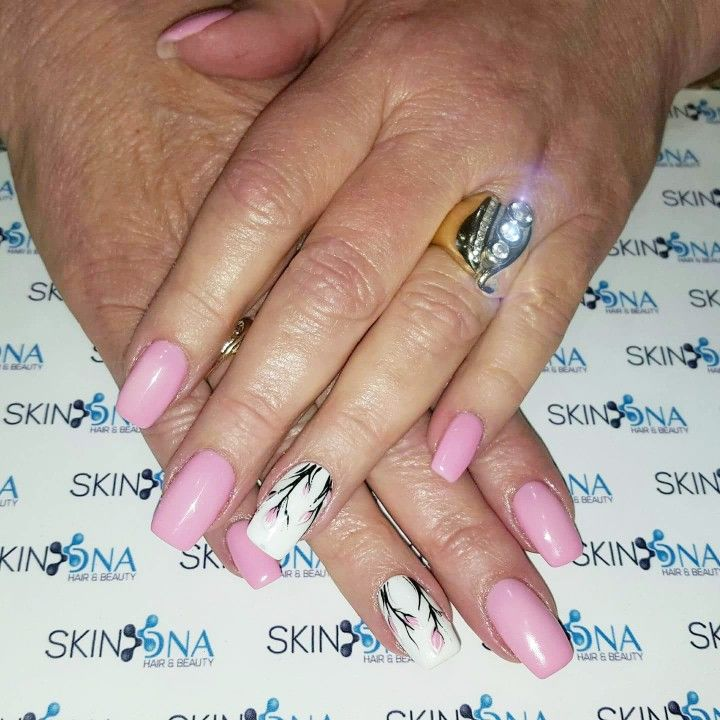 We love Nails ♡ Gel overlay with some pretty flowers.  #gel #overlay #flowers #handpaintedart #nailart #nails #biosculpture #gelit #qdnails #youngnails #nsi #welovenails #Skin_DNAnails #Skin_DNA