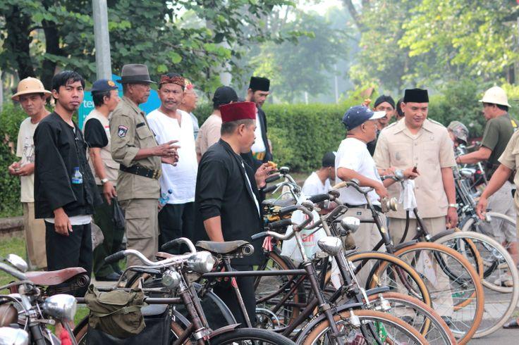BOS Sepeda Onthel atau Bintaro Onthel Solidarity sering berkumpul di Minggu pagi depan Permata Twin Tower. post by http://www.jpgbintaro.com