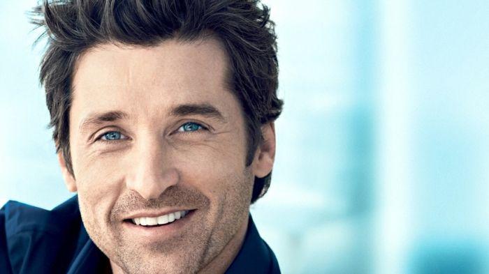 Colore blu significato, uomo e attore attraente con capelli neri e grande sorriso, occhi piccoli di colore azzurro