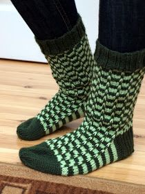 Näissä sukissa on kokeiltu montaa asiaa. Ensinnäkin malli on minulle uusi, vaikka nostettujen silmukoiden tekniikka onkin hallussa. Sukka ...