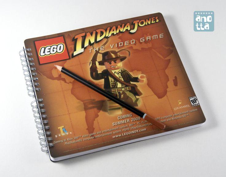Libreta hecha a mano reciclando un anuncio del videojuego Lego Indiana Jones.