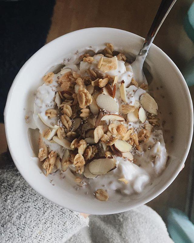 Yogi bowls 👅👅👅 this one includes vanilla greek yogurt, sliced bananas, @kindsnacks granola, @salbachia chia seeds and shredded almonds!! 🙌🏼🤗🤗