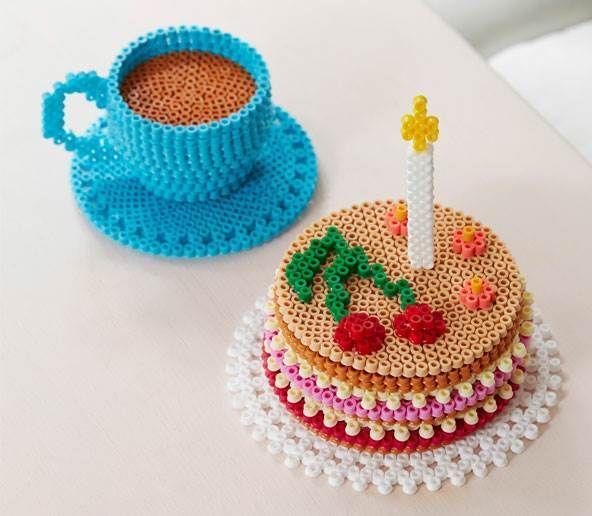 Kaffe, kage, underkop og kop i hama perler.