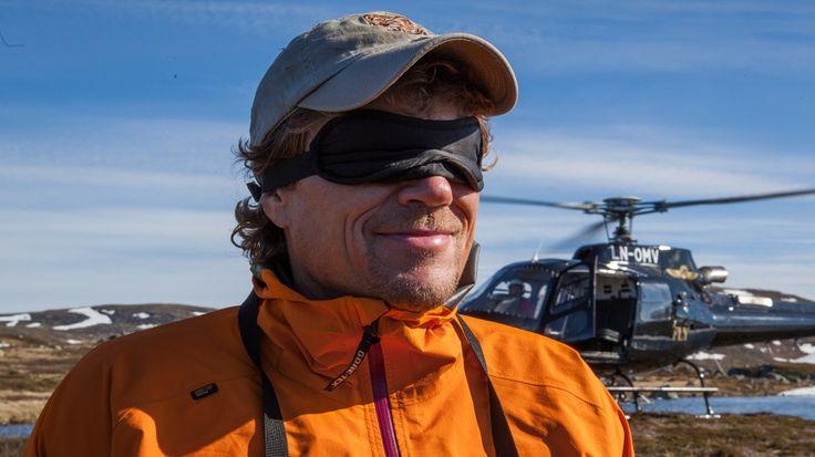 Lars får seg en overraskelse når helikopteret drar og han tar av seg bindet for øynene. Han står nemlig på en holme i et iskaldt fjellvann.