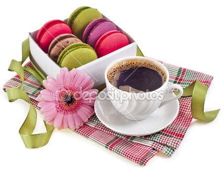 Bademli kurabiye kurabiye ve kahve fincanı, çiçek, beyaz bir arka plan üzerinde yalıtım sınırı — Stok İmaj #13999504