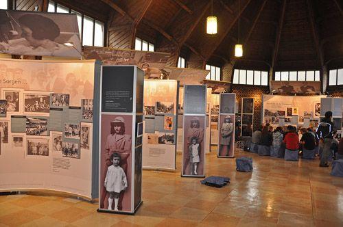 Reizende tentoonstelling voor de Anne Frank Stichting De Anne Frank Stichting maakt voor haar reizende tentoonstellingen gebruik van Expo Fabric Frame en Expo Telescopic Wal