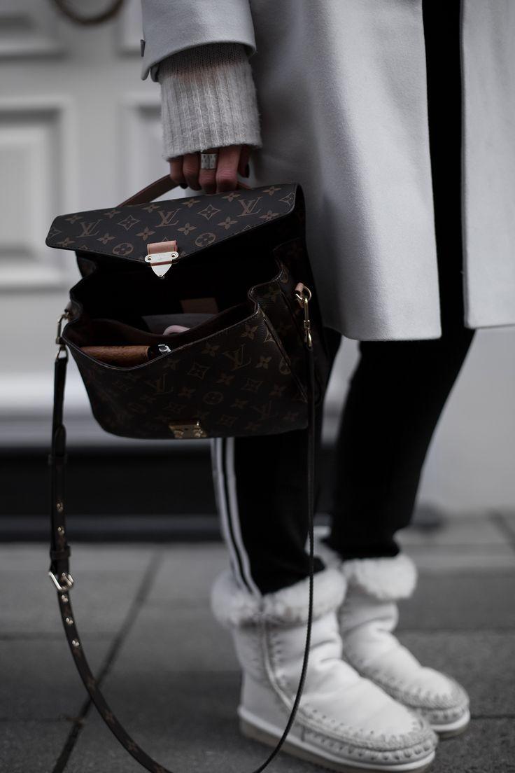 Sandra Ebert of black palms in einem gemütlichen Joggingpants Adidas Outfit. Louis Vuitton Pochette Metis Mou Boots American Vintag Streetstyle