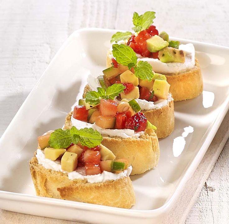 Crostini met geitenkaas en aardbeiensalsa - Colruyt Culinair !