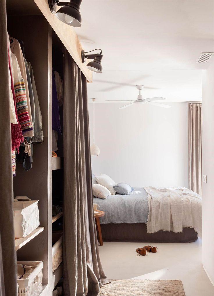 armario sin puertas con cortinas y apliques para iluminarlo o