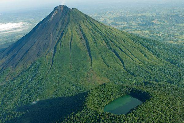 Volcán Arenal es un estratovolcán andesítico activo. Esta en el noroeste de Costa Rica a unos 90 km al noroeste de San José , en la provincia de Alajuela , cantón de San Carlos , y el distrito de La Fortuna . Usted puede ir al parque nacional por allí.
