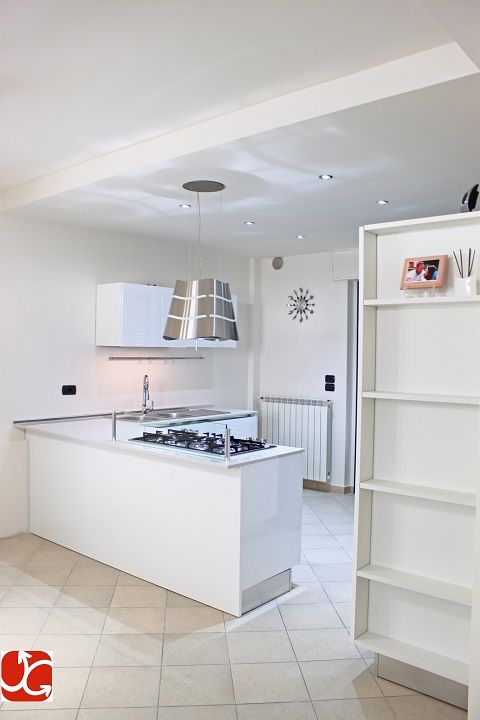 Realizzazione cucina con il modello Solobianco di Scic, bianco lucido con gola in acciaio inox e piano di lavoro in quarzo 2 cm