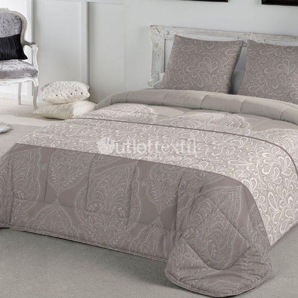 Edredón KALISTA de la firma Fundeco. Este Edredón Conforter de aire señorial presenta un estampado de cenefas damasco en tonos beige. Es ideal para habitaciones decoradas con mucho gusto, cuidando hasta el más mínimo detalle.